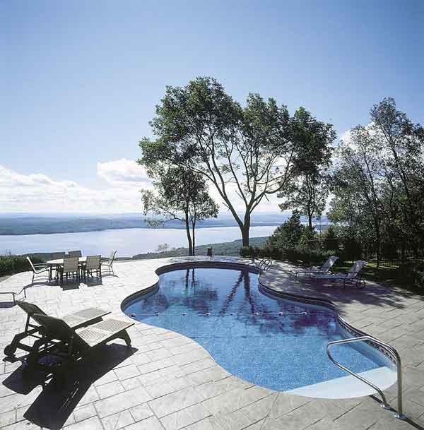 La piscina in giardino consigli utili per la scelta del for Piscina in giardino