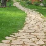 Viale lastricato in pietra