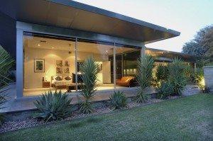 La terrazza del soggiorno costituisce una transazione tra la casa ed il giardino.